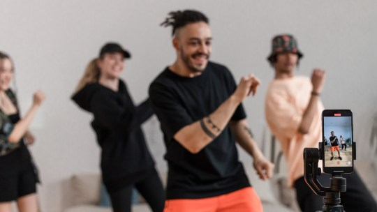 Como fazer um vídeo no TikTok com música e imagens?