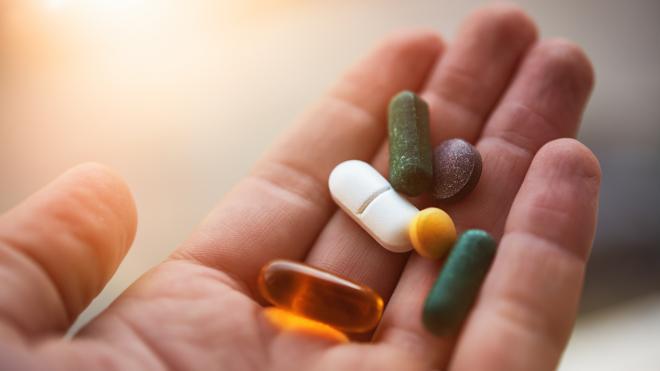 an19 pills in hand 1296x728 header - تسريب جديد يكشف أن جالكسي S10 بلس المنتظر سيأتي بثقب على شكل حبة دواء