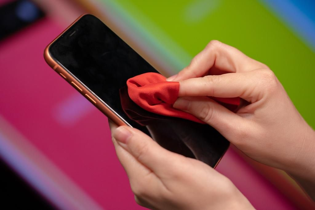 phone screen - 7 أشياء إياك أن تستخدمها في تنظيف شاشة الجوال.. منها منها منظفات الزجاج