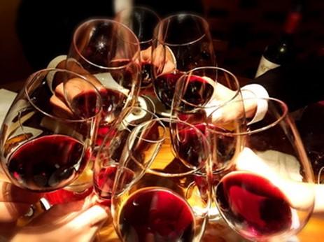ワインで乾杯している写真