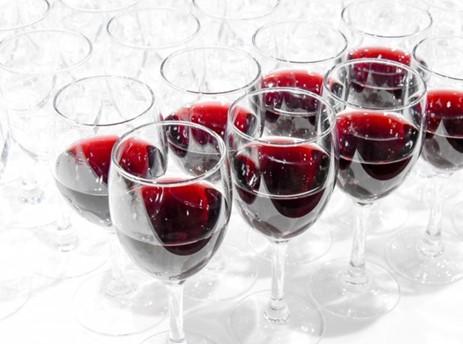 ワイングラスが並んでいる写真