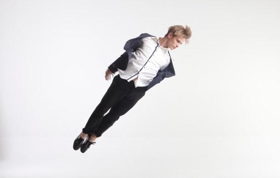 ポーズを決めるダンサー