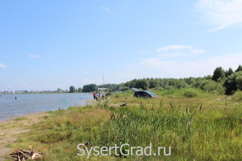 На берегу Щелкунского озера в выходные дни бывает очень много рыбаков