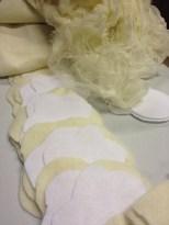 Vanlig hvit filt er kombinert med natur ullfilt og silke