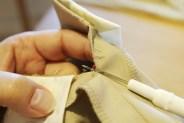 Sprett opp sømmen midt bak - nesten helt ned til stoffet begynner å svinge inn til skrittsømmen