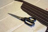 Vær spesielt nøyaktig når mønsterdelene legges på om stoffet er stripet - legg stripene helt parallelt med trådretningspilen.