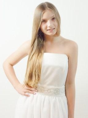 Vakre Josefine er iført en enkel og flott konfirmasjonskjole