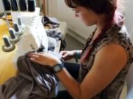 Andrea syr hurtig sammen overdelen til kjolen på overlocken