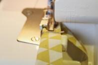 Skjær strimler med ønsket stoff til tittekanten. Tittekanten kan også sys på symaskinen.