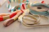Alle bånd kan i prinsippet brukes, men sjekk at de er fargeekte ved vask. Jeg har anvendt diverse bomullsbånd og ripsbånd