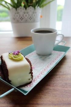 Litt luksus i hverdagen - kaffe og kake servert på en flott Mug Rug