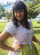 Et annet must er et lite forklede - jeg har sydd forklede i et silkestoff kjøpt på en av mine reiser.