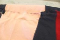 Kjolen er ekstra flott å god å ha på fordi den er utstyrt med et belegg i halsen. Jeg strøk på vlieseline og sydde belegget på i halsen først med symaskin og overlocken deretter kanten med 3-trådig overlock...