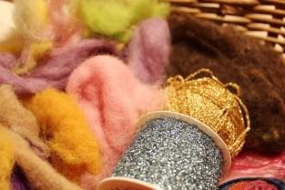 Litt ull og gull - du kan bruke små rester av garn og kardeuld