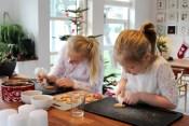 Maise og Rose koser seg med pepperkake pynting
