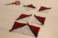 Juletreet består av 6 kvadrater som først sys sammen to og to som vis på bildet