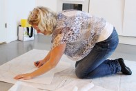 Dette er vel en ganske kjent positur for de fleste - tegne av mønster på alle fire på gulvet....
