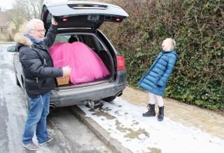 Rose ble noe overrasket da farfar åpnet bilen og så skjørtet for første gang