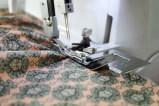 Plasser stoffet med rettsiden opp og la stoffet uhindret arbeides frem av rynkefoten