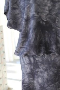 Overdelen er litt videre enn underdelen så kjolen får en flatterende vidde litt nedenfor livet