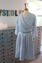 Kjolen er i en skjønn lyseblå farge som varierer med lyset