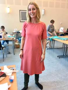 """Lena prøver sin laksefargede kjole - hun har valgt en litt kraftig jersey som faller veldig fint. Om stoffet er litt tynt blir det """"levende"""" og litt ekstra utfordrende å arbeide med"""