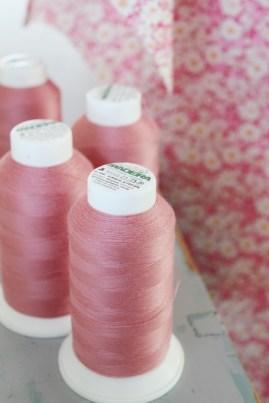 Denne lekre overlocktråden er fra Maderira - jeg syr mye i rosa så det er fint å ha tråd som matcher. Tråden er fra Husqvarnabutiken Vimmerby,
