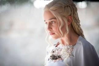 Så nydelig - Daenerys i sin hvite kjole og med det kakteristiske dragesmykket