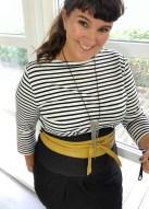 En enkel stripete genser, et kult, gult skinnbelte fra Noa Noa og nytt skjørt i denim jersey