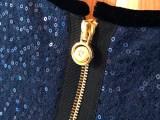 Så nydelig som et smykke er denne glidelåsen - frekk plassering i ryggen