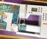 Skinnet komme i en konvolutt og overføres bare på maskinen - det er huller stanset ut til knappene og skjermen på symaskinen