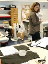 Lise går rundt og titter på arbeidet med Chaneljakkene