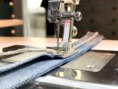 Fot #21 er enkel å jobbe med når det skal sys skulderremmer eller stropper. En strimmel stoff foldes tre ganger og stikkes ned. Dette blir vist på videoen som det er linket til i innlegget.