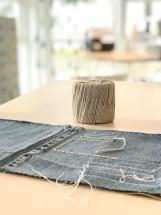 Garnet som er brukt til dekoren er fra Stoff og stil og heter Heavy Wool Cotton. Fargen ligner til forveksling hamp tråden som ble brukt tidligere i Japan