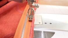 Glidelåsen sys i fra baksiden på grunn ab pipingen