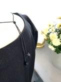 Litt dekor bak også - to perler gir et lite blikkfang bakfra også