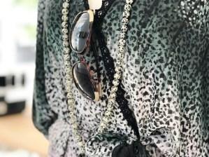 Halskjedet laget av glassperler og ble kjøpt under et besøk til et av Chiang Mai´s templer i Thailand