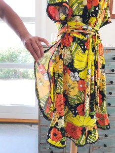 Flower Power Wrap Dress volangen blir smalere opp mot livet