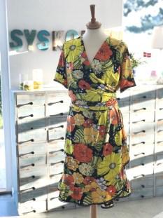 Kjolen er satt sammen av en omslagsbluse og et omslagsskjørt som er sydd sammen