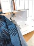 Falden sys opp på coversømsmaskinen - hurtig og enkelt