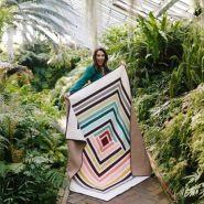 Quiltdesigner Suzy Williams med sin originale utgave av Campfire Quilt