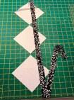 For å skape et slags rutenett skulle jeg sy mange kvadrater med det storte og hvite batikkstoffet. Da ble det mulighet for å rasjonalisere litt