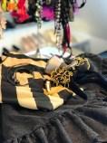 """Struttende tyllskjørt, svart og gull T-shirt med hårbøyle etter inspirasjon fra """"The Mad Hatter"""" og mitt gull syfot smykke"""