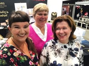 Tre glade damer - så hyggelig å snakke litt norsk med leder av NQF Anita Nilsen og kasserer Inger Ottesen