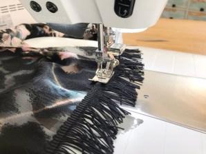 Jeg valgte å sy frynsene på symaskinen - for bedre overblikk sydde jeg dem på fra forsiden