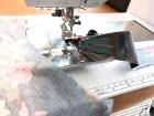 Før kantebåndet inn i kantebåndsapparatet og legg bakstykket med halsringningen klar med rettsiden opp