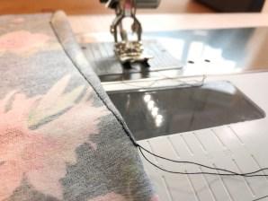 Innsnittene sys fra midten og ut i ingenting - et nyttig tips er å bruke lingene på sybordet og stingplaten for å få riktig fasong på innsnittet