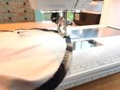 Det er absolutt enklest å sy stikningen på vrangsiden - da unngår du at stoffet folder seg eller glir ut