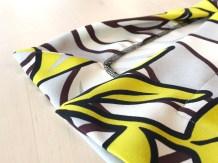 Splitten som jeg laget på kjolen er i sidesømmen og er en del falden. Falden har et flott 45 graders hjørneløsning som er enkel å sy