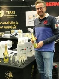Kenneth skjenker champagne med små gullflak i anledning av Bernina´s 125 års jubileum